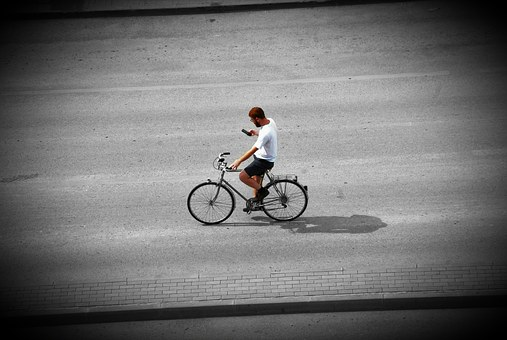 Biciclist snopit în bătaie de un sofer